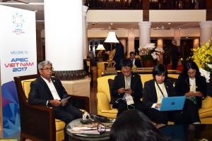 Wamenlu AM Fachir di Da Nang, Vietnam, Sabtu (11/11) memberikan jawaban kepada pers usai mendampingi Presiden Jokowi dalam rangkaian kegiatan APEC. (Foto: Humas/Nia).