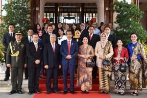 Presiden Joko Widodo berfoto bersama dengan Dubes RI untuk Vietnam Ibnu Hadi beserta jajarannya, sebelum meninggalkan Furama Resort, Da Nang, Vietnam, Minggu (12/11) pagi. (Foto: Humas/Nia)