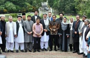 Presiden Jokowi dan Wapres JK berfoto bersama deligasi perdamaian Afghanistan, Selasa (21/11). (Foto: Humas/Rahmat)
