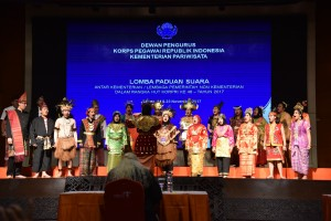 Tim Paduan Suara Lembaga Kepresidenan mengikuti lomba menyambut HUT Korpri yang digelar, di Balairung Soesilo Soedarman, Kementerian Pariwisata, Jakarta, Kamis (23/11) siang.