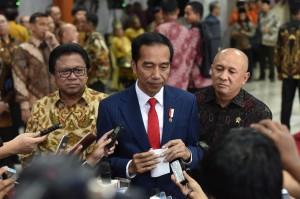 Presiden Jokowi menjawab pertanyaan wartawan usai menghadiri sarasehan yang digelar DPD-RI, di gedung Nusantara IV DPR Jakarta, Jumat (17/11) pagi. (Foto: Humas/Jay)