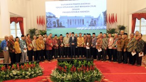 Presiden Jokowi berfoto bersama para peserta Silaturahim Peserta Rapat Koordinasi Nasional (Rakornas) Forum Kerukunan Umat Beragama (FKUB), di Istana Negara, Jakarta, Selasa (28/11) sore. (Foto: Humas/Rahmat)