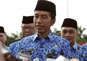 Presiden Jokowi menjawab wartawan usai menjadi Inspektur Upacara pada Peringatan Hari Ulang Tahun ke-46 Korpri, di lapangan Silang Monas, Jakarta, Rabu (29/11). (Foto: Humas/Rahmat)