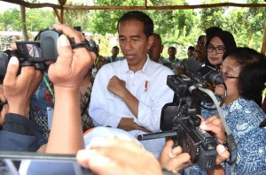 President Jokowi answers reporters' questions attending an event called 'Perhutanan Sosial untuk Pemerataan Ekonomi' (Social Forestry for Economic Equality) held in Brani Wetan Village, Maron District, Probolinggo Regency, East Java, Thursday (2/11). (Photo by: Bureau of Press and Media)