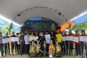Bupati Subang berfoto bersama dalam acara peresmian Festival 7 Sungai ke-2 Desa Wisata Cibuluh Tanjung Siang di Subang, Sabtu (4/11). (Foto: Humas Kab. Subang)