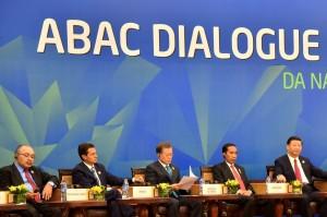 Presiden Jokowi saat menghadiri APEC Bussiness Advisory Council (ABAC) Dialogue dengan para kepala negara anggota APEC di Furama Resort, Da Nang, Viet Nam, Jumat (10/11). (Foto: BPMI)