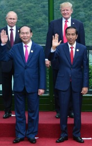 Presiden Jokowi berfoto bersama Pemimpin negara APEC lainnya, Sabtu (11/11). (Foto: BPMI)