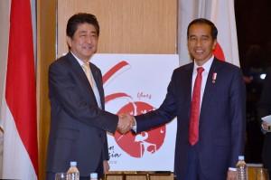Presiden Jokowi dan PM Abe saat meluncurkan logo 60 tahun hubungan pemerintah Indonesia-Jepang di Manila, Filipina, Minggu (12/11). (Foto: BPMI).