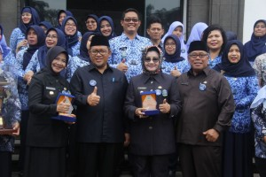 Gubernur Aher berfoto bersama Bupati/Wali Kota peraih penghargaan ODF se-Jabar, di Bandung, Senin (13/11).(Foto Humas/Mugni Zaelani)