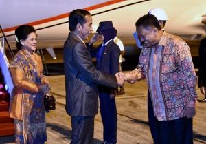 Presiden Jokowi dan Ibu Negara Iriana disambut Gubernur Sulawesi Utara di Manado, Rabu (15/11) dini hari. (Foto: BPMI).