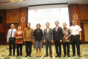 Menkeu dan  JICA serta pihak terkait yang hadir menyaksikan penandatangan kerja sama di Gedung Kemenkeu, Jakarta, Rabu (15/11).