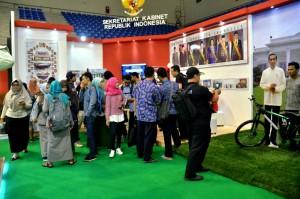 Para pengunjung di Stan Pameran SIAK Tahun 2017 di Palembang, Sumatra Selatan, Kamis (23/11). (Foto: Humas/Fitri)