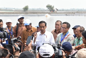 President Jokowi answers reporters' questionsin Muara Gembong, Bekasi Regency, West Java Province, Wednesday (1/11). (Photo by: Pulic Relations/Jay)