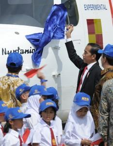 Presiden saat membuka nama pesawat N219 Nurtanio di Bandara Halim Perdanakusuma, Jakarta, Jumat (10/11). (Foto: Humas/Jay)