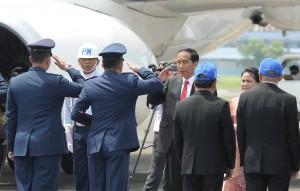 Presiden Jokowi dan Ibu Negara sebelum keberangkatan ke Vietnam dan Filipina di Bandara Halim Perdanakusuma, Jakarta, Jumat (10/11). (Foto: Humas/Jay)