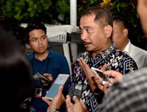 Menteri Pariwisata menjawab pertanyaan wartawan usai mengikuti Rapat terbatas di Istana Kepresidenan Bogor, Jawa Barat, Kamis (16/11) malam. (Foto: Humas/Agung)
