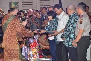 Menteri PANRB saat menerima cenderamata dari pengisi acara saat pembukaan SAIK Tahun 2017 di Hotel Novotel, Palembang, Sumatra Selatan, Rabu (22/11). (Foto: Humas/Jay).