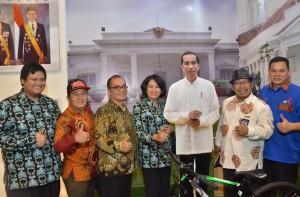 Dirjen IKP Kemkominfo berkesempatan mengunjungi dan berfoto di booth Sekretariat Kabinet dalam rangka pameran SIAK tahun 2017 di PSCC, Palembang, Sumatra Selatan, Rabu (22/11). (Foto: Humas/Jay)