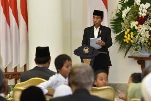 Presiden Jokowi saat menyampaikan arahan dalam acara acara peringatan Maulid Nabi Muhammad SAW di ruang Garuda, Istana Kepresidenan Bogor, Jawa Barat, Kamis (30/11) malam. (Foto: Humas/Jay)