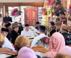 Presiden Jokowi saat ijab kabul pernikahan putrinya di Graha Saba Buana, Surakarta, Jawa Tengah, Rabu (8/11) pagi. (Foto: Twitter Presiden Jokowi).