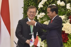 President Jokowi during a briefing with South Korean President Moon Jae-In, at the Bogor Presidential Palace, West Java, on Thursday (9/11) evening. (Photo: PR/Oji)