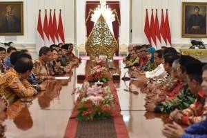 Presiden Jokowi menerima pengurus KAHMI yang dipimpin Ketuanya Moh. Mahfud M.D., di Istana Merdeka, Jakarta, Jumat (3/11) siang. (Foto: Deni S/Humas)