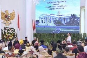 Seorang Kepala Suku menyampaikan pertanyaan kepada Presiden Jokowi pada Silaturahmi, di Istana Bogor, Jawa Barat, Kamis (16/11) pagi. (Foto: OJI/Humas)