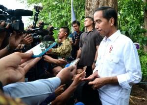 Presiden Jokowi menjawab wartawan usai menyerahkan SK IPHPS dan SK Kulin KK kepada 1.662 KK, di di Desa Dungus, Kabupaten Madiun, Provinsi Jawa Timur, Senin (6/11) pagi. (Foto: Setpres)