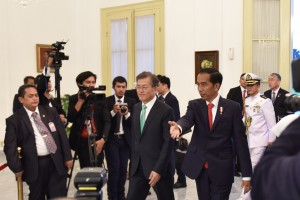 Presiden Republik Korea Moon Jae-In dipersilakan mengikuti konferensi pers bersama oleh Presiden Jokowi, di Istana Kepresidenan Bogor, Jawa Barat, Kamis (9/11) malam. (Foto: Humas/Oji)