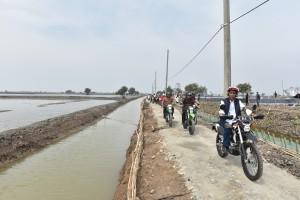 Presiden Jokowi mengendarai motor trail sejauh 2 km saat meninjau lokasi tambak udang dan bandeng di Desa Pantai Bakti, Kecamatan Muara Gembong, Kab Bekasi, Prov Jawa Barat, Rabu (1/11) siang. (Foto: JAY/Humas)