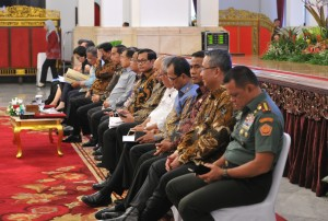 Presiden Jokowi dan Wapres Jusuf Kalla duduk berjajar bersama para menteri kabinet kerja dan kepala lembaga pada Rapat Kerja Pemerintah, beberapa waktu lalu. (Foto: JAY/Humas)