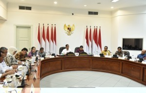President Jokowi, accompanied by Vice President Jusuf Kalla, leads a Limited Meeting, at the Presidential Office, Jakarta, Friday (3/11) afternoon. (Photo: JAY/PR)