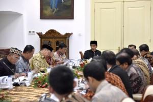 Presiden Jokowi memimpin ratas mengenai Pendidikan Vokasi, di Istana Bogor, Jabar, Kamis (16/11) siang. (Foto: Agung/Humas)