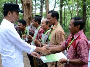 President Jokowi hands over SK IPHPS and SK Kulin KK to 1,662 heads of household, in Dungus Village, Madiun Regency, East Java Province, Monday (6/11) morning (Photo: Secretariat of the President)