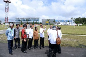 Presiden Jokowi didampingi sejumlah menteri meninjau runway Bandara Internasional Silangit, di Tapanuli Utara, Sumut, Jumat (24/11) pagi. (Foto: BPMI Setpres)