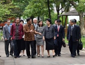 Menko Kemaritiman Luhut B. Pandjaitan mengantar Wakil PM RRT Liu Yandong, usai diterima Presiden Jokowi, di Istana Merdeka, Jakarta, Rabu (29/11) siang. (Foto: AGUNG/Humas)