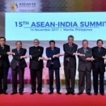 President Jokowi joins a photo session with ASEAN Leaders and Indian PM at the Philippines International Convention Center (PICC), Manila, Wednesday (14/11).