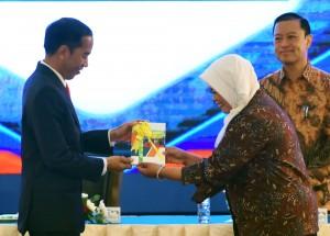 Presiden Jokowi menerima buku Proyeksi Ekonomi Indef 2018 kepada Presiden Jokowi oleh Direktur Indef, Enny Sri Hartarti, pada Sarasehan Kedua 100 Ekonom Indonesia, yang diselenggarakan di Puri Agung Convention Hall, Hotel Grand Sahid Jaya, Jakarta Pusat, Selasa (12/12) pagi. (Foto/ Rahmat/Humas)