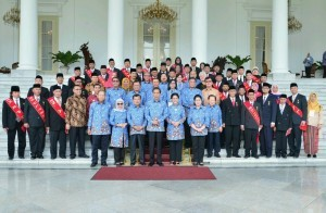President Jokowi is in a group photo after the bestowal event of Satya Lencana Honorary Medals for Social Service on Sunday (17/12), at the Bogor Presidential Palace, West Java