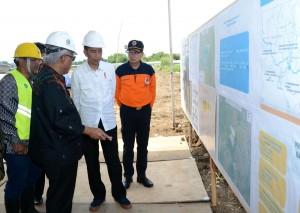 Presiden Jokowi saat melakukan peninjauan pembangunan infrastruktur Pengendalian Banjir di Cekungan Bandung, Bandung, Senin (4/12). (Foto: BPMI)