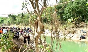 Presiden saat meninjau di jembatan penyeberangan orang Dukuh Bonjing, Dusun Gelaran, Desa Bejiharjo, Kecamatan Karangmojo, Sabtu (9/12). (Foto: BPMI)