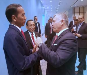 Presiden Jokowi saat berbincang bersama Raja Yordania di sela-sela Konferensi Tingkat Tinggi (KTT) Luar Biasa Organisasi Kerja Sama Islam (OKI), Rabu (13/12). (Foto: BPMI)