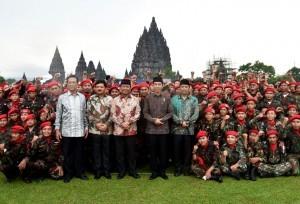 President Jokowi pose for a group photo with the participants of Apel Kebangsaan Pemuda Islam Indonesia at the courtyard of Prambanan Temple, Sleman Regency, Yogyakarta, Saturday (16/12) (Photo: BPMI)