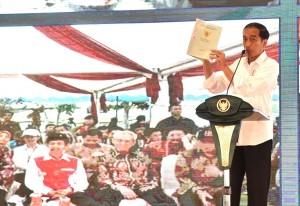 Presiden Jokowi saat menghadiri acara penyerahan sertifikat untuk rakyat yang dipusatkan di Lapangan Pancasila, Simpang Lima, Kota Semarang, Provinsi Jawa Tengah, Sabtu (23/12). (Foto: BPMI)