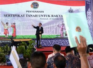 Presiden Jokowi saat acara penyerahan sertifikat serentak di lapangan Masjid Raya Mujahidin Pontianak, Kalimantan Barat, Kamis (28/12). (Foto: BPMI)