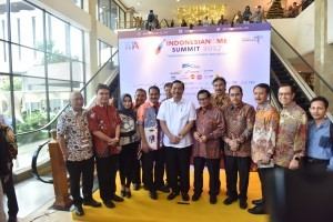 Cabinet Secretary Pramono Anung poses for a group photo at the 2017 Indonesianism Summit organized by the Alumni Association of the Bandung Institute of Technology (IA-ITB) on Saturday (9/12), at Grand Sahid Jaya, Jakarta