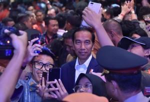 "Presiden Jokowi dikerubuti para millenial usai menjadi pembicara kunci ""pada acara Entrepreneurs Wanted! (EW!) di Gedung Sabuga, kampus ITB, Bandung, Senin (18/12) pagi. (Foto: JAY/Humas)"