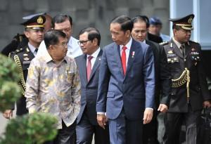 Presiden Jokowi sebelum keberangkatan menuju Istanbul Turki, di Pangkalan TNI AU Halim Perdanakusuma, Jakarta, Selasa (12/12). (Foto: Humas/Jay)