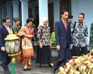Presiden Jokowi didampingi Ibu Negara Iriana dan Seskab Pramono Anung sesaat sebelum bertolak dari Pangkalan Udara Halim Perdanakusuma, Jakarta, Selasa (19/12) pagi, untuk kunjungan kerja ke enam provinsi. (Foto: Setpres)