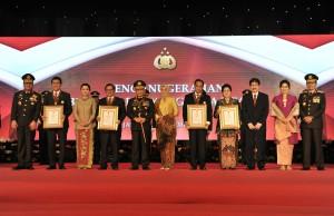 Seskab Pramono Anung didampingi istri bersama 6 menteri Kabinet Kerja lainnya berfoto bersama Kapolri usai menerima anugerah Bintang Bhayangkara Utama, di Auditorium PTIK, Jakarta, Rabu (13/12) pagi. (Foto: JAY/Humas)